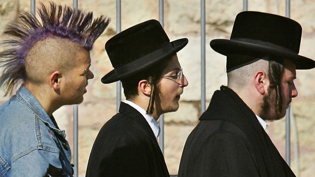 Vielfältige Gesellschaft Israels: Ein Punk und zwei Orthodoxe in Jerusalem.