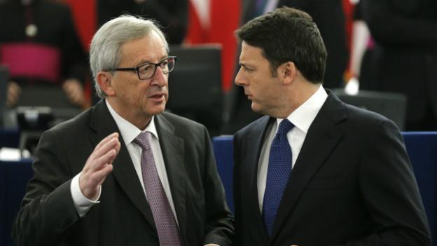 Jean-Claude Juncker (links) diskutiert im Europaparlament mit Matteo Renzi.