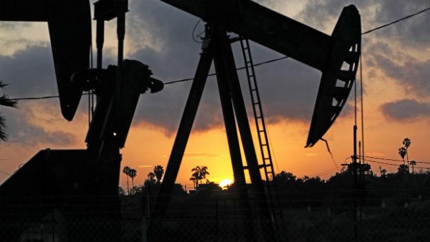 Eine Pumpstation im Betrieb in einem Erdölfeld in der Nähe von Los Angeles.
