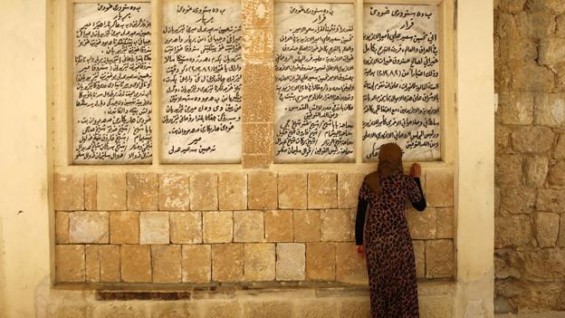 Eine jesidische Frau betet am heiligen Tempel nah der irakischen Stadt Shikhan. Die Minderheit der Jesiden leidet besonders unter der Gewalt der islamistischen Fundamentalisten.