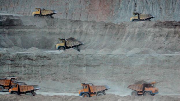 Grosse Laswagen in einer Grube