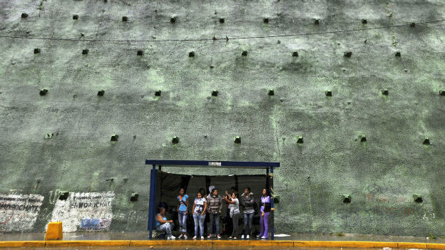 Angehörtige von Häftlingen vor einem Gefängnis in Venezuela.