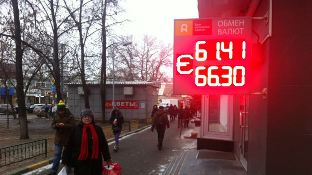 Passanten in Russland vor Wechselstube.