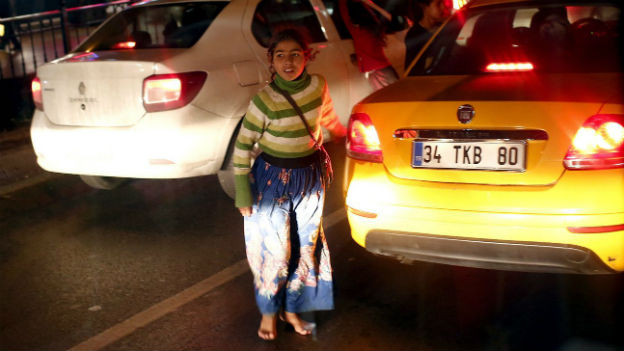 Ein syrisches Flüchtlingsmädchen bettelt um Geld, mitten im Verkehr der Metropole Istanbul.