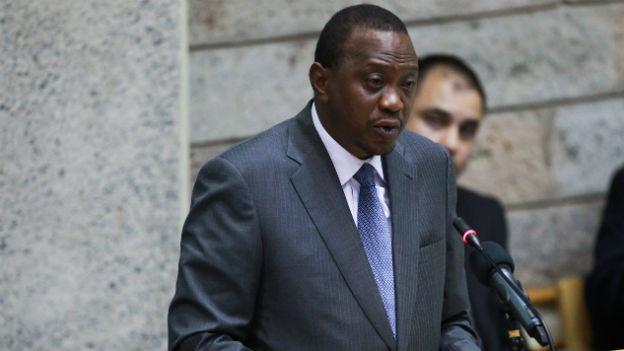 Aufnahme von Uhuru Kenyatta an einem Renderpult.