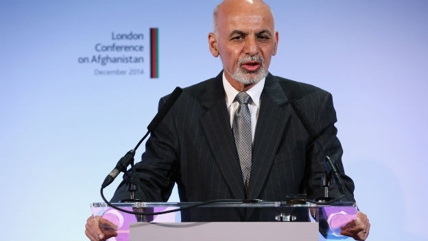Das Bild zeigt den neuen afghanischen Präsidenten Ashraf Ghani hinter einem Rednerpult vor dem Logo der Afghanistan-Konferenz in London