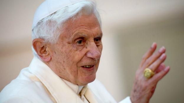 Als Papst winkt Benedikt XVI. den Menschen zu
