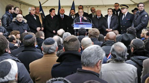 Der französische Innenminister Bernard Cazeneuve an einer Veranstaltung gegen Antisemitismus in Créteil bei Paris, zusammen mit dem israelischen Botschafter in Frankreich, Yossi Gal (7.12.14).