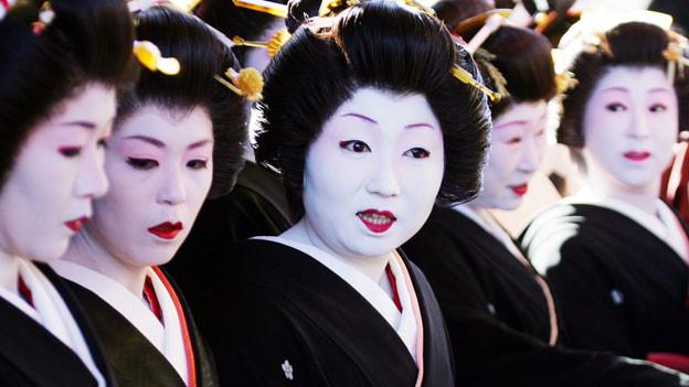 Im Westen bestimmt die Gestalt der Geisha bis heute das Bild von der Japanerin. Aber auch in Japan sieht man die Frau als Dienerin. Japan hat aber auch zu wenig Arbeitskräfte, jetzt sollen die Frauen die Wirtschaft retten, doch die japanische Gesellschaft tut sich schwer mit diesem Kulturwandel.