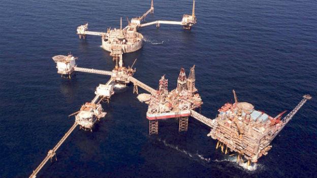 Acht Bohrplattformen im Meer, verbunden mit Brücken.