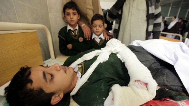 Ein verletzter Jugendlicher wird im Spital gepflegt