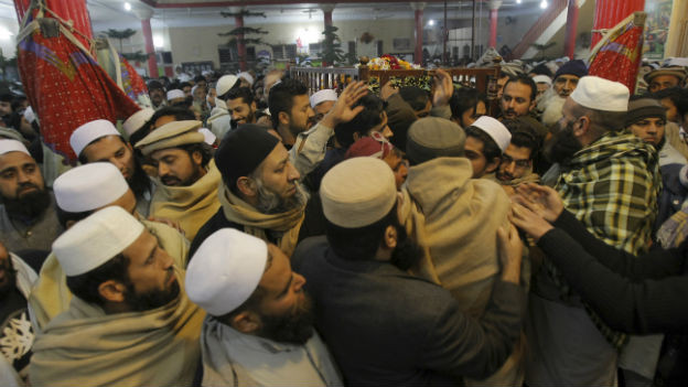 Trauernde bei einer Beerdigung nach dem Taliban-Anschlag.