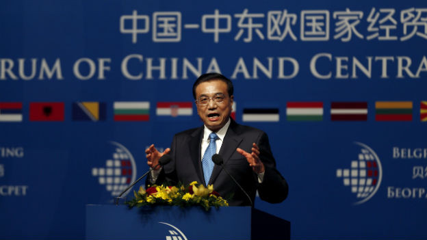 Der chinesische Regierungschef Li Keqiang vor blauem Hintergrund.
