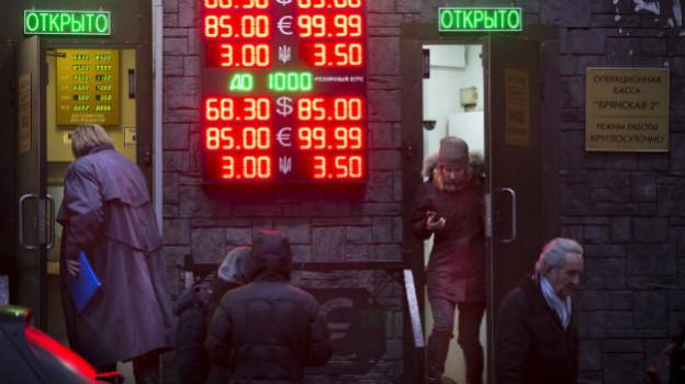 Menschen vor einer Geldwechselstelle in Moskau.