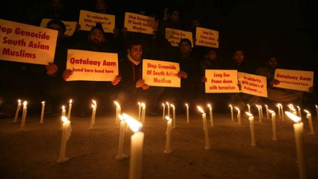 Im Kerzenlicht: Studenten halten Protestplakate gegen die Taliban.