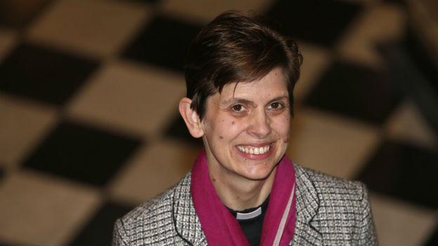 Libby Lane, die erste anglikanische Bischöfin, vor Photografen am Tag, als ihre Ernennung zur ersten anglikanischen Bischöfin angekündigt worden ist.