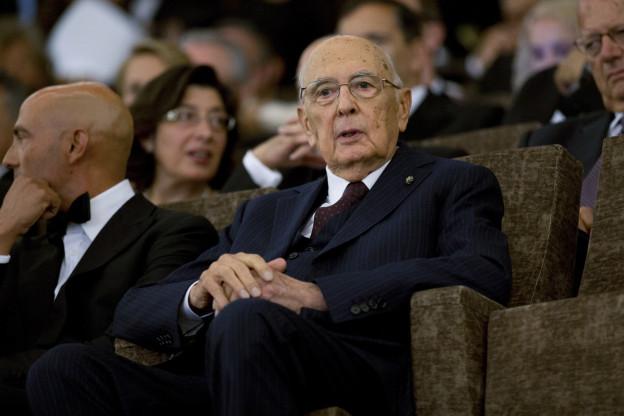 Das Bild Zeit Giorgio Napolitano in einem Kinosessel, umgeben von leeren Kino-Sesseln.