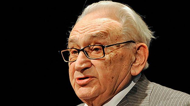 Egon Bahr erhält 2008 für seine Verdienste in der Ostpolitik dern «Marion-Doehnhoff-Preis».