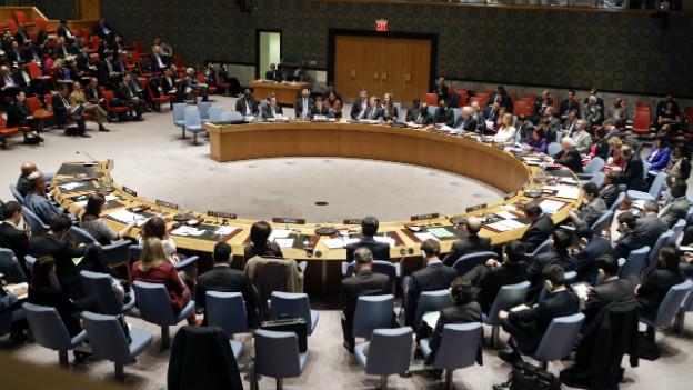 Ein Blick in den Konferenzraum des UNO-Sicherheitsrates, der im Halbkreis angeordnet ist.