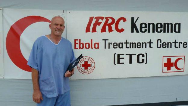 Aufnahme des Schweizers Balz Halbheer bei seiner Arbeit in einer Ebola-Station in Sierra Leone.