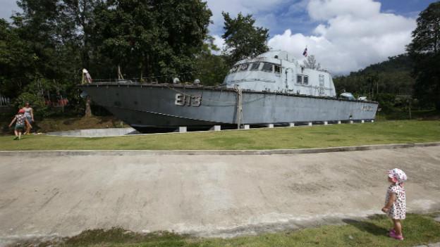 Ein Polizei-Boot steht im Landesinnern noch immer an dem Platz, an den es vom Tsunami geschwemmt wurde.