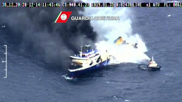 """Ein Videobild der italienischen Küstenwache zeigt aufsteigenden Rauch auf der Fähre """"Norman Atlantic"""", auf der am Sonntag in der Adria Feuer ausgebrochen ist."""