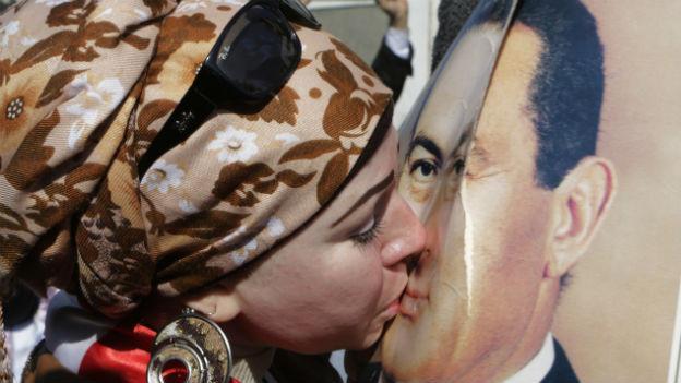 Aufnahme einer Anhängerin des gestürzten ägyptischen Präsidenten Mubarak, die sein Poster küsst.