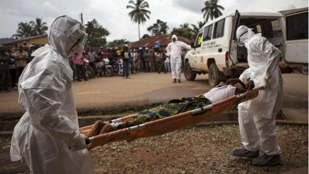 Sanitäter bringen einen Ebola-Kranken in Kenema (Sierra Leona) in eine Ambulanz.