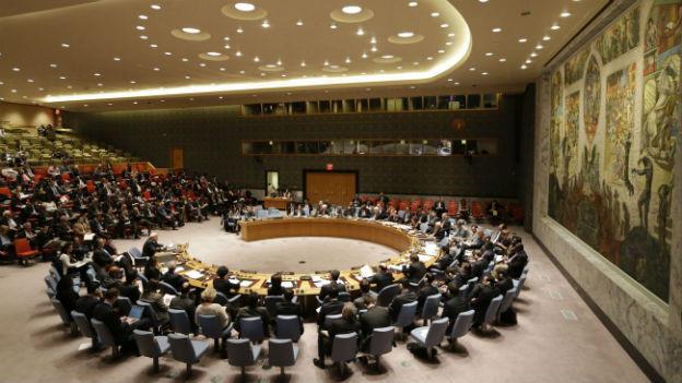 Das Bild zeigt den Versammlungssaal des UNO-Sicherheitsrats, und die Mitglieder, die um den grossen, runden Tisch sitzen.
