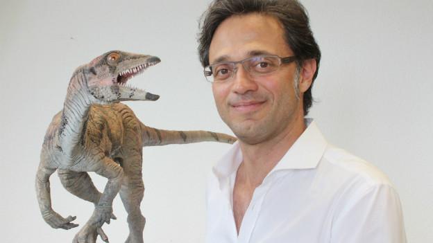 Der Paläontologe Marcelo Sánchez und ein Modell der Dinosaurier-Art namens Laquintasaura Venezuelae.