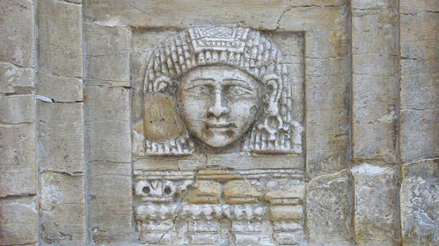 Elfenbeinrelief: Hier eine Frau am Fenster aus dem 8. Jahrhundert vor Christus.