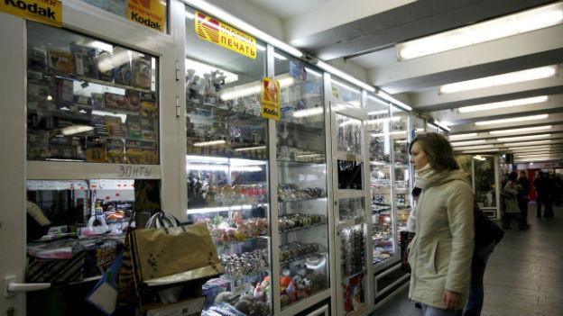 Frau in einer Ladenpassage in Moskau.