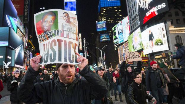 Auf dem Times Square in New York fordern Protestierende Gerechtigkeit im Fall Eric Garner.