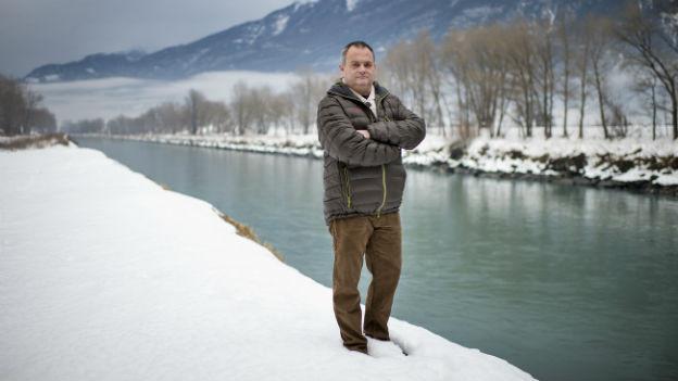Willy Giroud, Präsident des Referendumskomittes, steht vor der Rhone bei Fully im Wallis.