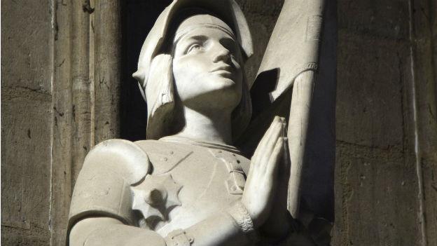 Die Statue von Jeanne d'Arc (1412-1431), entworfen vom französischen Bildhauer Charles Desvergnes, in der Kathedrale Notre-Dame in Paris – aufgenommen im Oktober 2012.