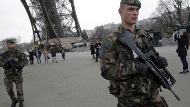 Bewaffnete Soldaten beim Eiffelturm