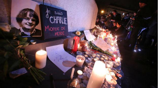 Passanten auf dem Place de la Répbulique in Paris gedenken mit Kerzen an die Opfer des Anschlags auf das Satiremagazin Charlie Hébdo.