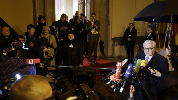 Auf diesem Bild ist der deutsche Aussenminister Steinmeier zu sehen, vor einem Treffen zur Ukraine-Krise