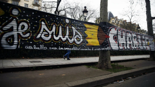 Ein Sprayer hat den Schriftzug «Je Suis Charlie» auf eine Folie gemalt.