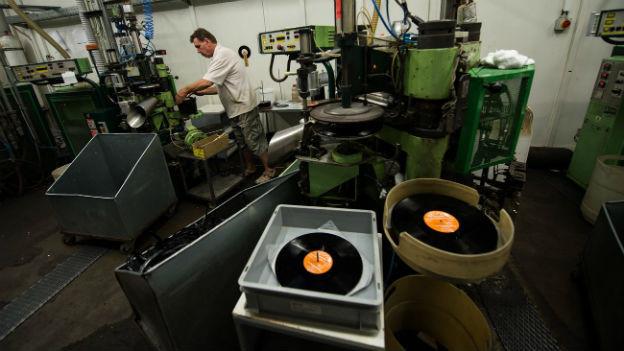 Produktion von Vinyl-Schallplatten in einer Fabrik in Tschechien.