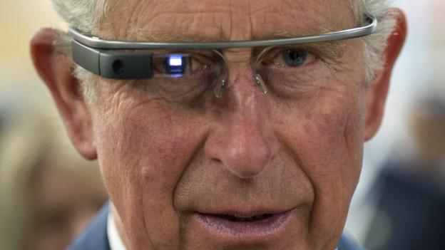Auf diesem Bild ist Prince Charles zu sehen, wie er die Google Datenbrille testet.