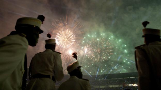 Sicherheitskräfte beobachten das Feuerwerk über dem Stadion an der Eröffnungsfeier.