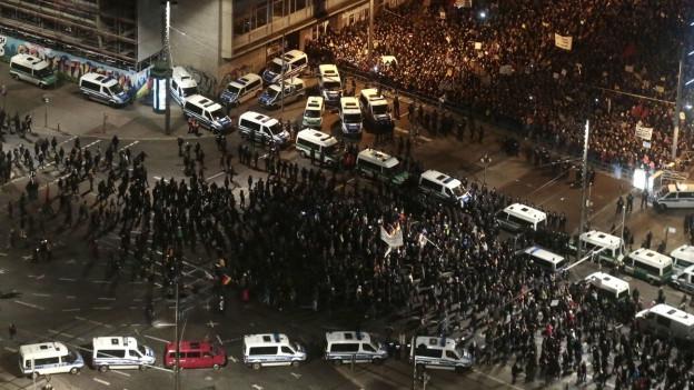 Mit einem Grossaufgebot der Polizei wurden die verschiedenen Demonstranten getrennt gehalten.