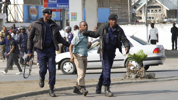 Ein Mann wird von zwei Polizisten abgeführt