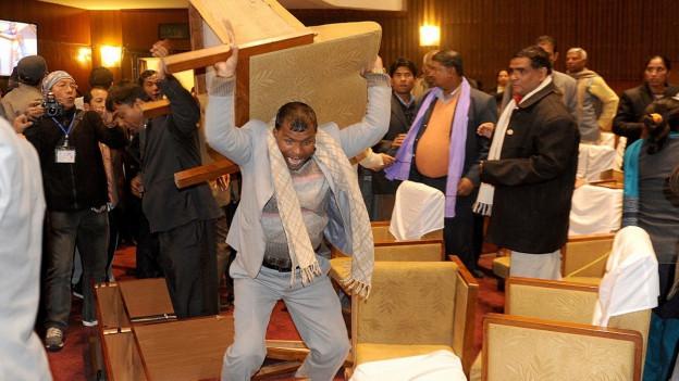 Ein nepalesisches Versammlungsmitglied zerstört im Parlament in Kathmandu einen Stuhl, 21.01.2015