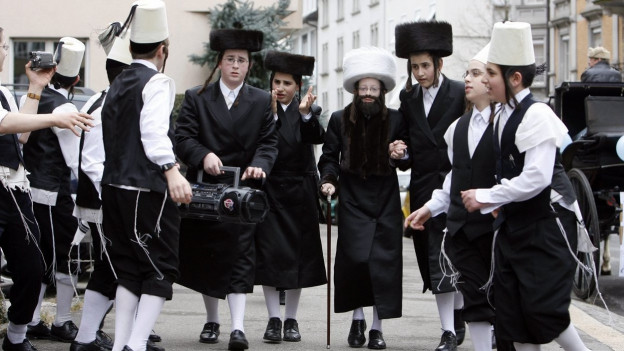 Kinder feiern im Zürcher Stadtviertel Wiedikon das Purimfest.