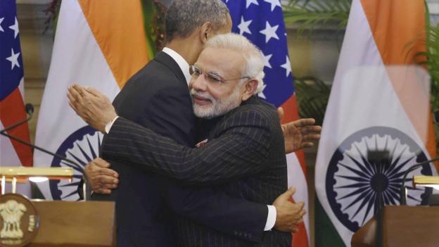 US-Präsident Obama und Indiens Premier Modi umarmen sich.