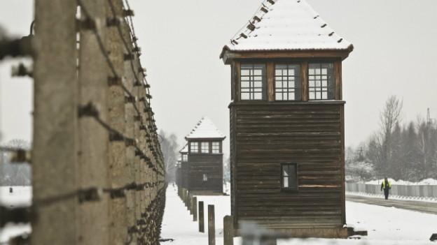 Ein Blick auf einen ehemaligen Wachturm in Auschwitz.