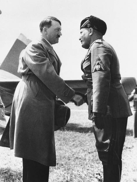Auf dem Bild ist der deutsche Reichskanzler Adolf Hitler im Jahr 1933 zu sehen, bei einem Treffen mit Reichspräsident Paul von Hindenburg
