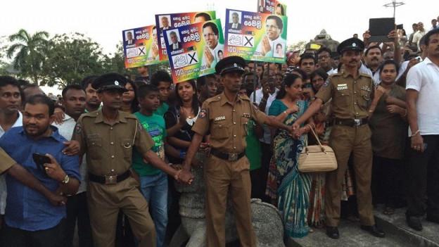 Bereits einen Tag nach dem überraschenden Wahlsieg tritt Maithripala Sirisena sein Amt als neuer Präsident Sir Lankasan. Die Vereidigung lockt viele Menschen an, die grosse Hoffnungen in ihn setzen.